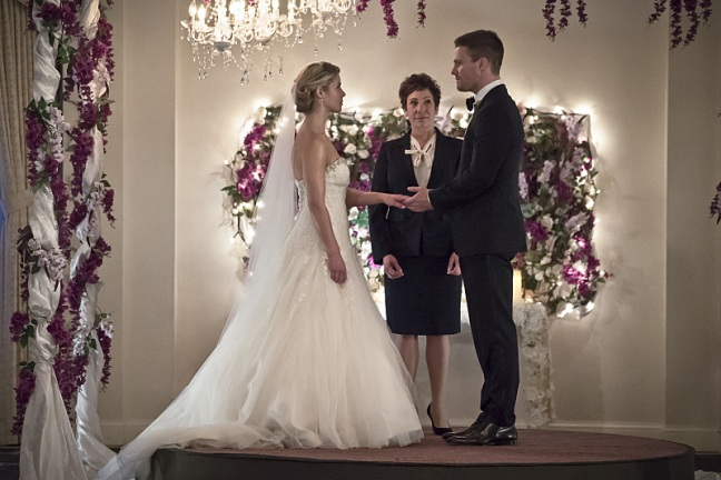 arrow broken hearts review - felicity and oliver getting married